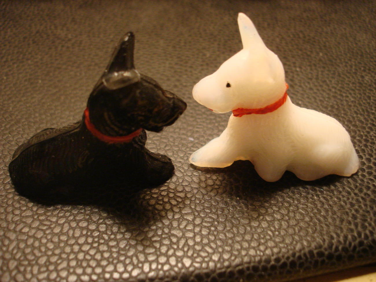 VINTAGE OLD MILK GLASS BLACK & WHITE SCOTTY DOGS SMALL CARNIVAL PRIZE