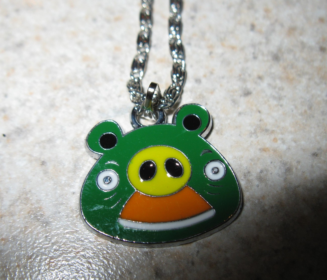 NECKLACE & PENDANT CHILDS GREEN ANGRY BIRD PIG NEW #653