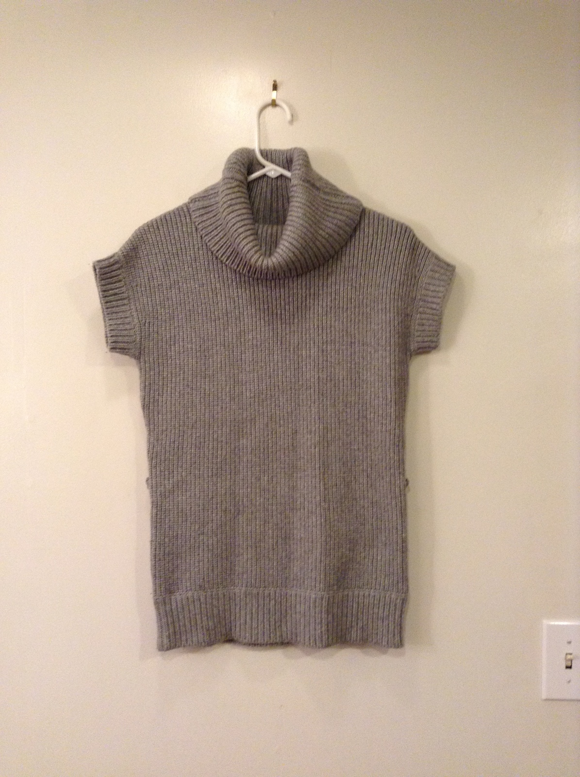 Alice+Olivia Gray Slouch Neck Short Sleeve Knitted Sweater Top, size S