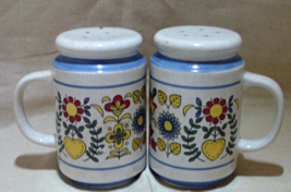 Vintage Set of Large MOD FLOWER Design Retro S&P Shakers, Pottery Shakers - $10.50