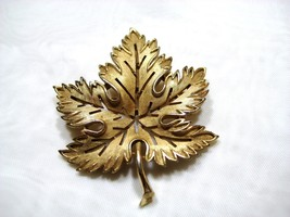 Signed Crown Trifari Gold Tone Maple Leaf Brooch Pin Openwork Vintage No... - $17.82