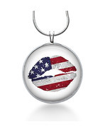 Lips Necklace, Flag lips ,lips pendant, Kiss Necklace, 4th of july- Goth... - $370,34 MXN