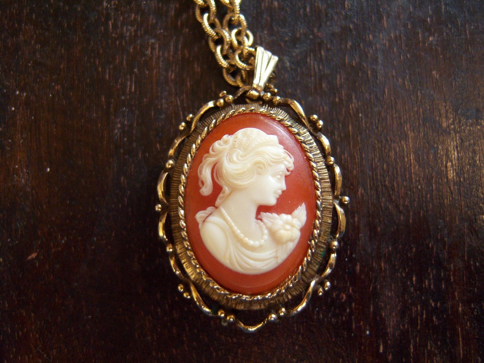 Vintage VANDA Perfume Necklace. Vintage Cameo Perfume Necklace.