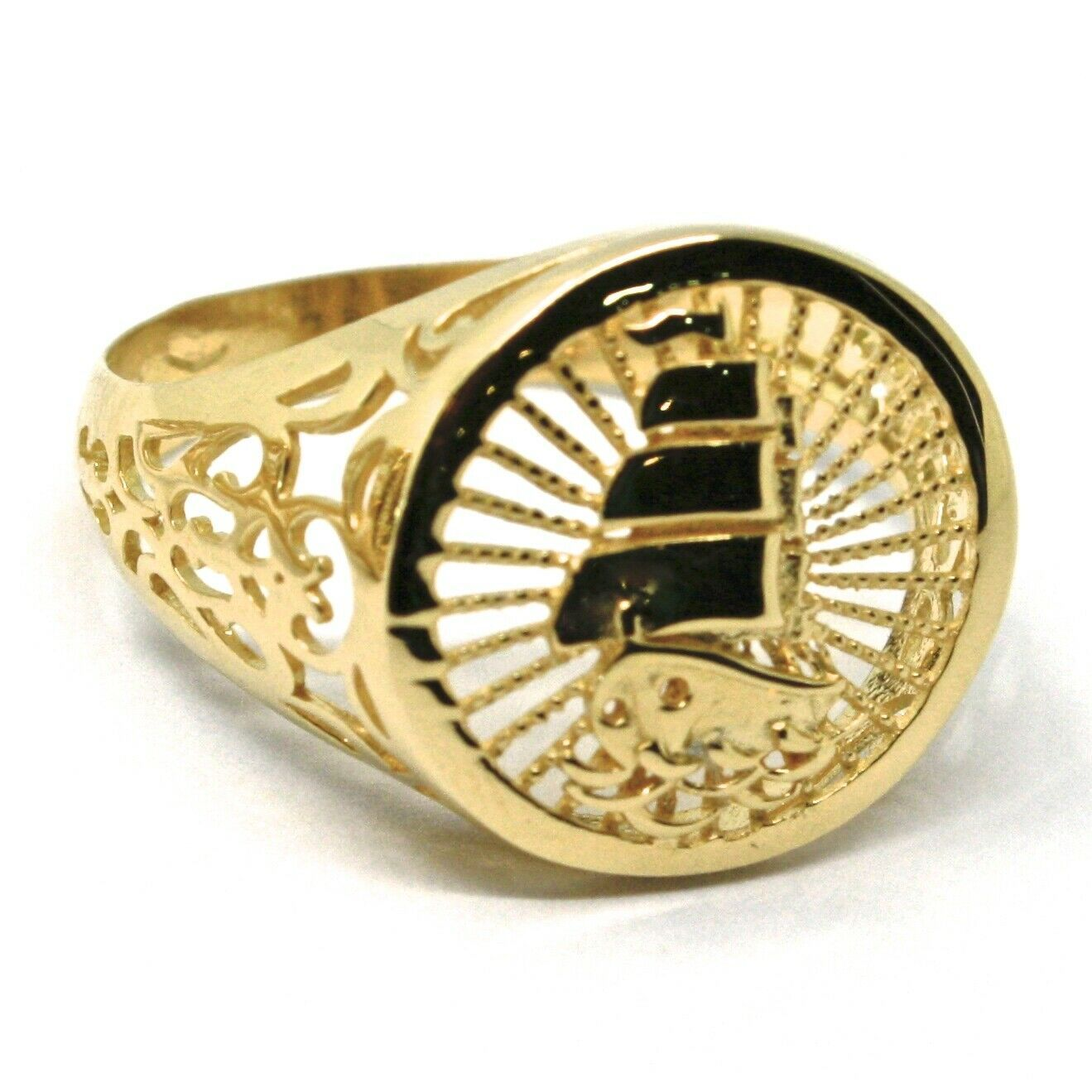18K YELLOW GOLD BAND MAN RING, SAILING CLIPPER SHIP FINELY WORKED, RAYS, DISC