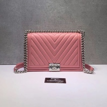 AUTH CHANEL BABY PINK CHEVRON QUILTED QUILTED LEATHER NEW MEDIUM BOY FLAP BAG