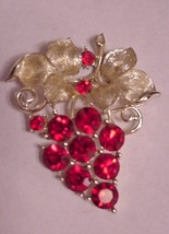 Vintage LISNER Brooch Grapes Leaves Signed - $22.72
