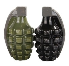 Attractives Magnetic Ceramic Salt Pepper Shakers Pineapple Hand Grenades - $12.46