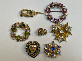 Pin 7 Vintage Old Broach Lot Gold Tone Metals Faux Pearls Beads Rhinesto... - $24.99