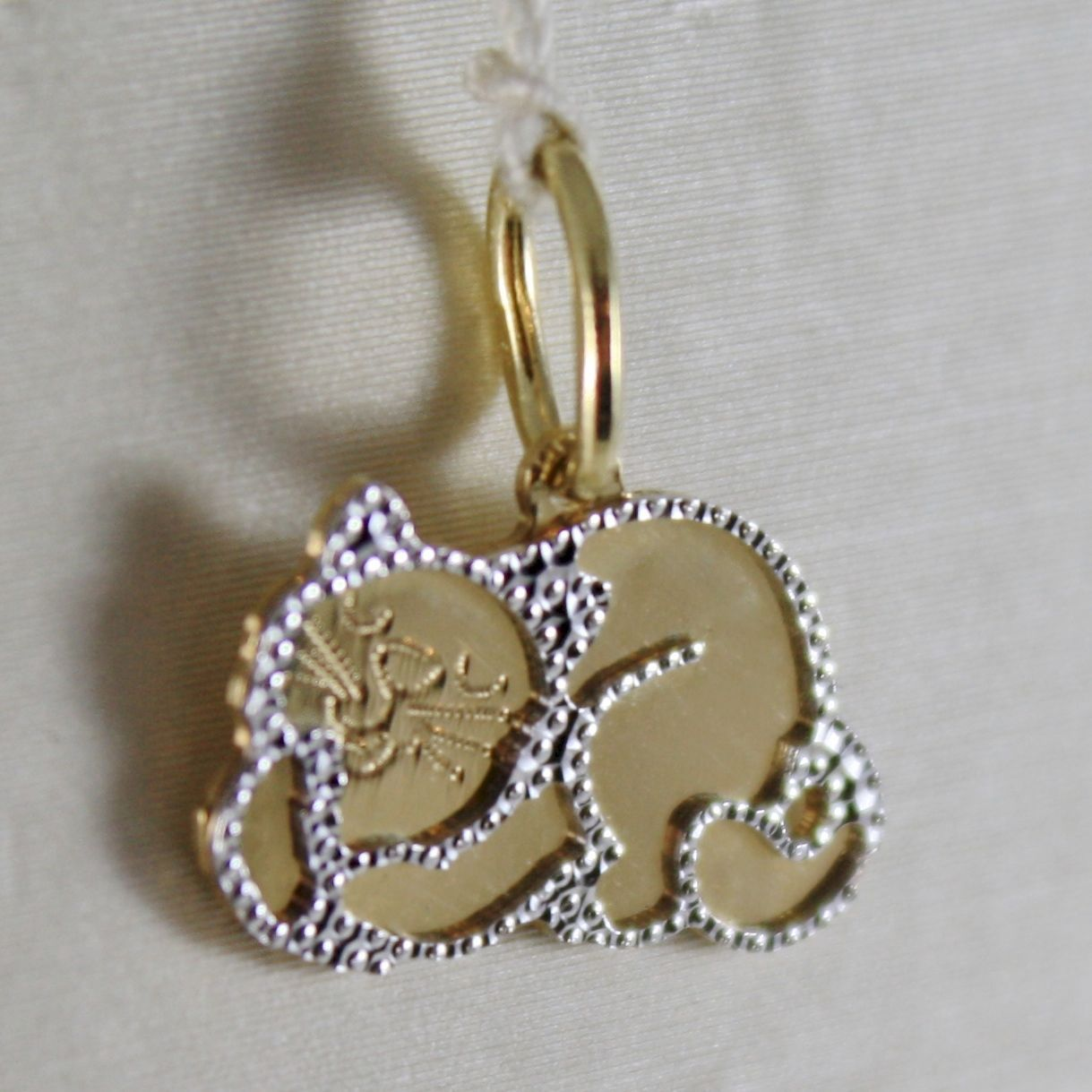 18K WHITE & YELLOW GOLD LITTLE CAT FLAT PENDANT FINELY WORKED, MADE IN ITALY