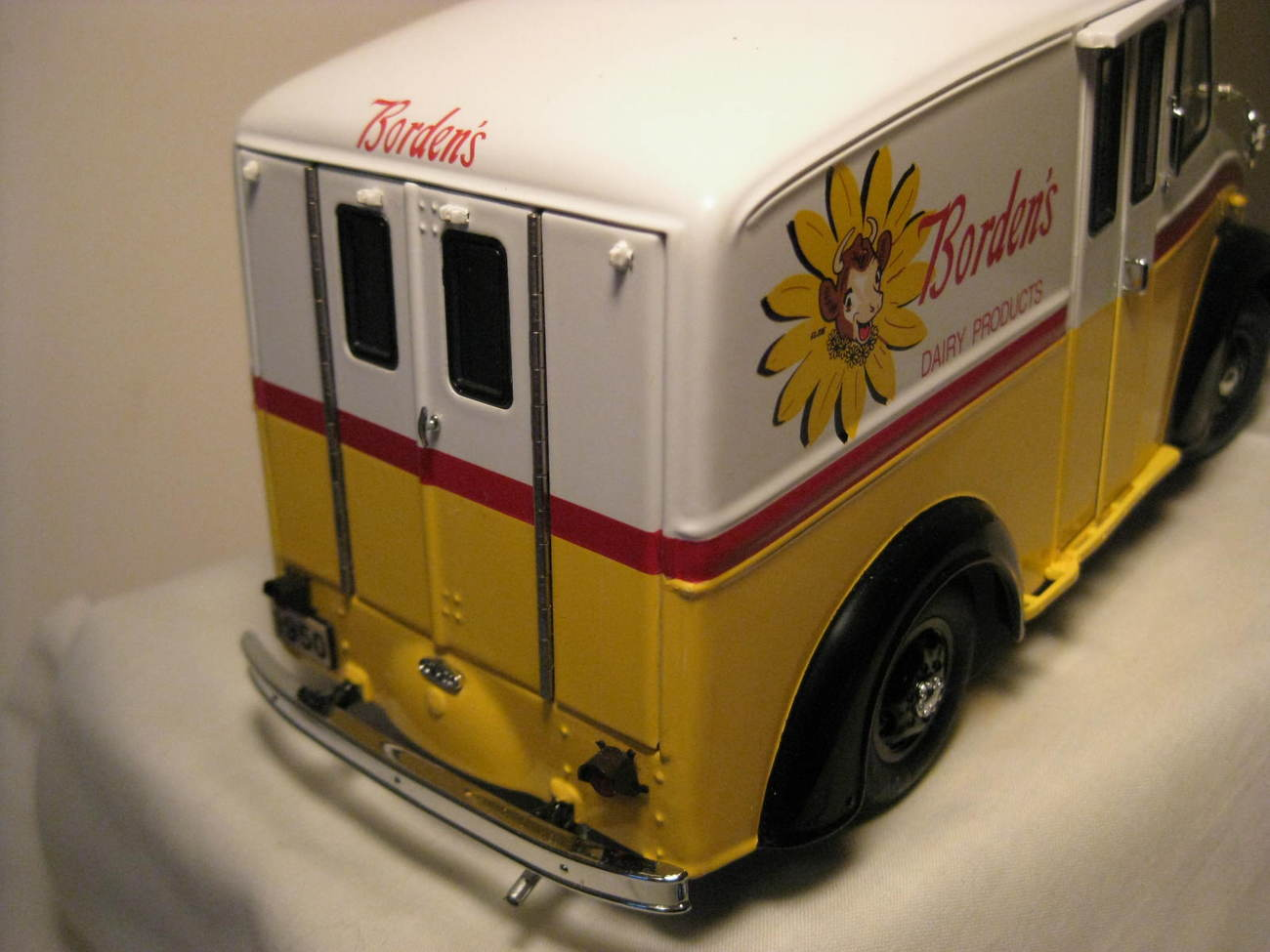 1950 DIVCO BORDEN'S MILK TRUCK DANBURY MINT DIECAST MODEL