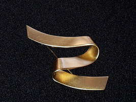 MONET Brushed Matte Gold Tone Z Ribbon Design Brooch Pin EUC - $12.19