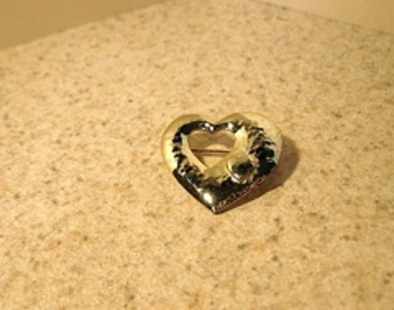 T109 heart shape pin
