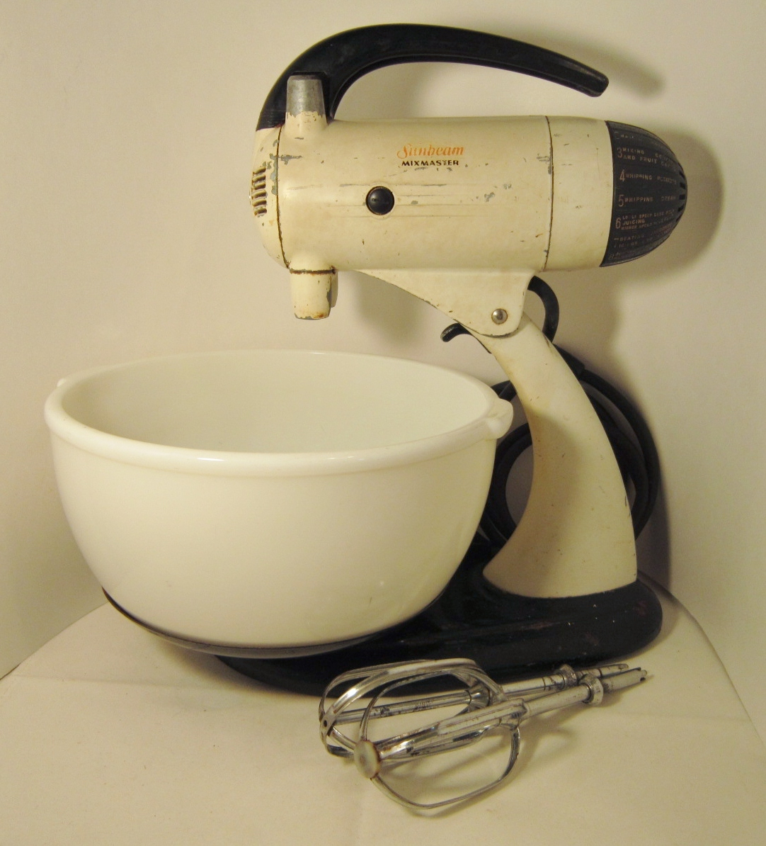 Sunbeam mixmaster model 9  bowl and beaters 01a