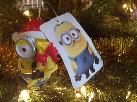 Christmas Ornament Despicable Me Minion Carl with Gift Wrapped Bananas Adler - $10.84
