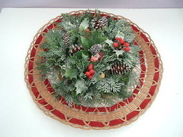 Vintage plastic holly evergreen wicker wreath floral wall hanging - €6,78 EUR