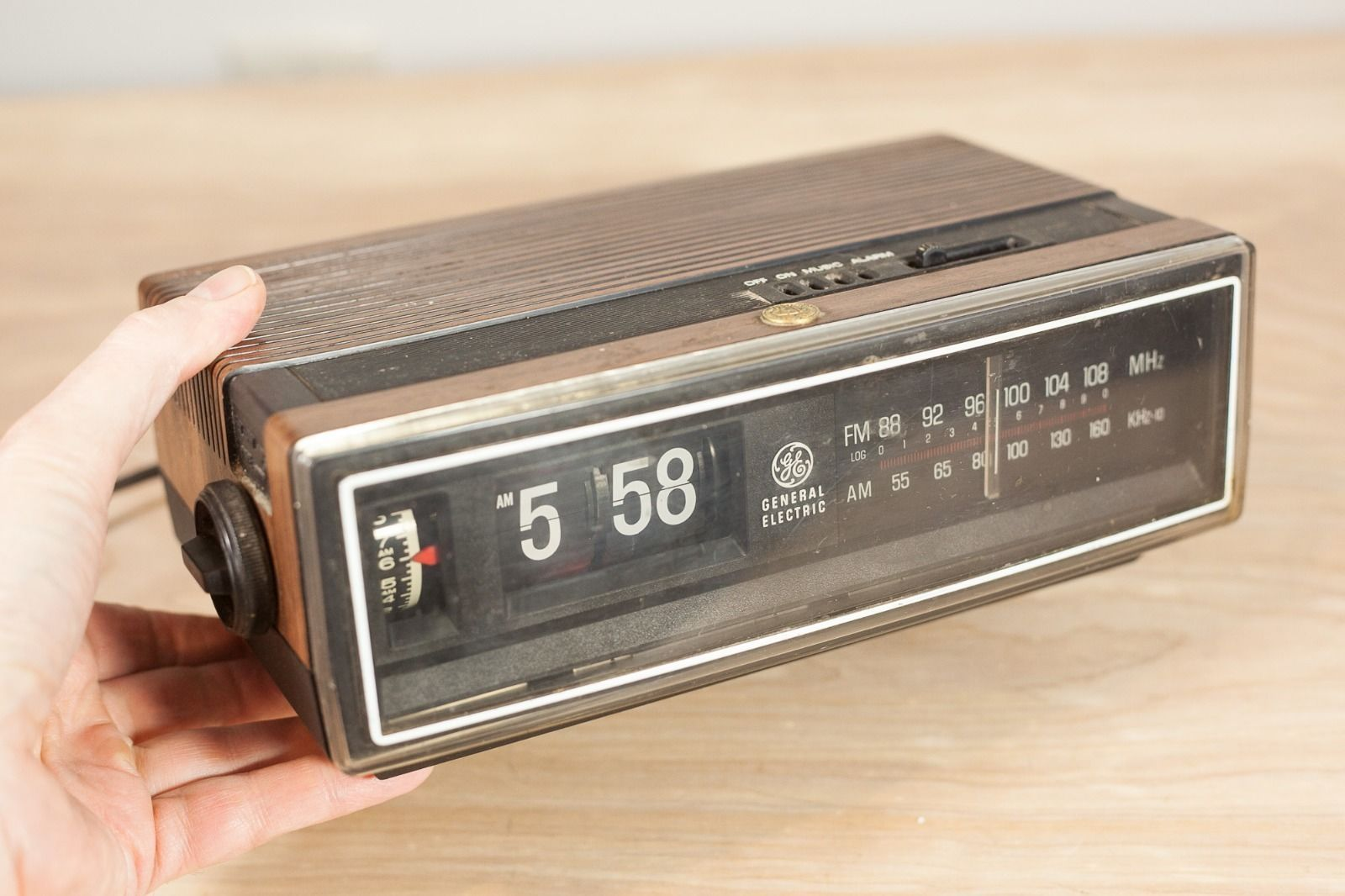 vintage general electric flip number radio alarm clock vintage radios. Black Bedroom Furniture Sets. Home Design Ideas
