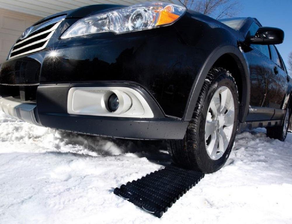 Non_slip_tire_traction_tread_car_close