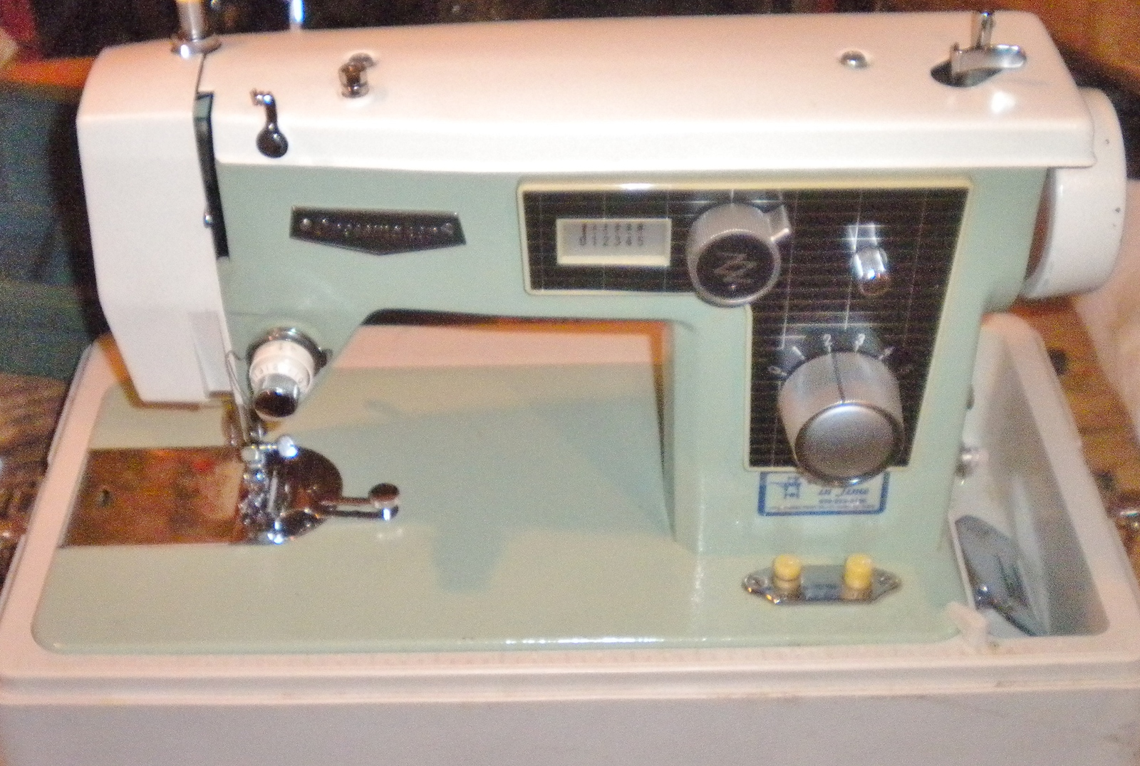 Dressmaker 290A Zig Zag Throat Plate w/Mounting Screws image 3