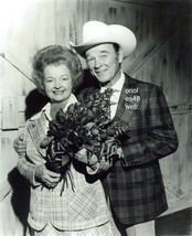 ROY ROGERS DALE EVANS HOLDING ROSES 8X10 PHOTO  7Z-202 - $16.82