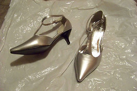 womens ashro silver pointed toe t-strap heels shoes size 7 1/2 w - $18.79