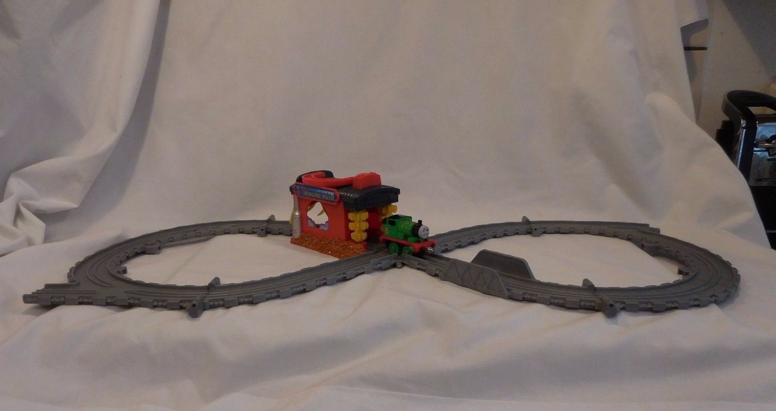 Thomas & Friends Take Along N Play Sodor Engine Wash with Train Tracks and Train
