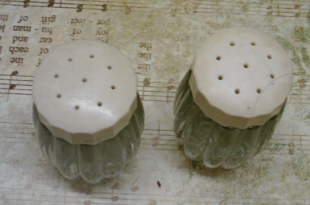 Vintage Mid Century Clear Pressed Glass Salt & Pepper Shakers Cream Plastic Lids