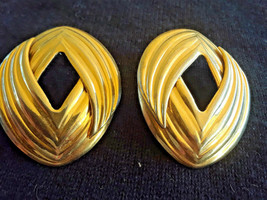 STUNNING Vintage ESTATE Gold Tone Dimensional Abstract Earrings - $3.00