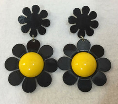 Daisy Flower Earrings Black Enamel w/ Yellow Centers Vintage Retro Dangl... - $9.89