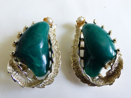 VINTAGE SARAH COVENTRY COV GREEN STONE & PEARL FAUX BEAD CLIP ON EARRINGS - $35.63