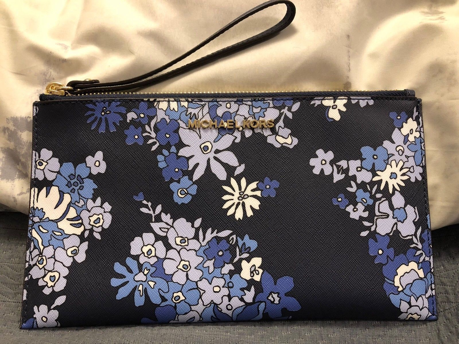 8e319c1b93e9 S l1600. S l1600. Previous. NWT MICHAEL KORS JET SET TRAVEL LARGE ZIP CLUTCH  NAVY FLORAL. NWT MICHAEL KORS JET ...