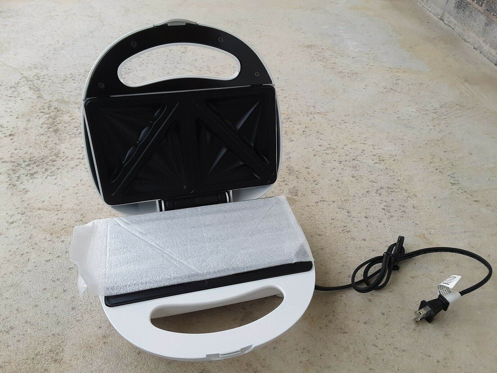 Toastmaster White Twin Sandwich Maker TSM2032T Kitchen Quick  Food Nonstick - $19.77