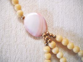 UNIQUE VTG 3-SRAND BEADED NECKLACE W/ABSTRACT FREE-FORM LUCITE PENDANT image 3