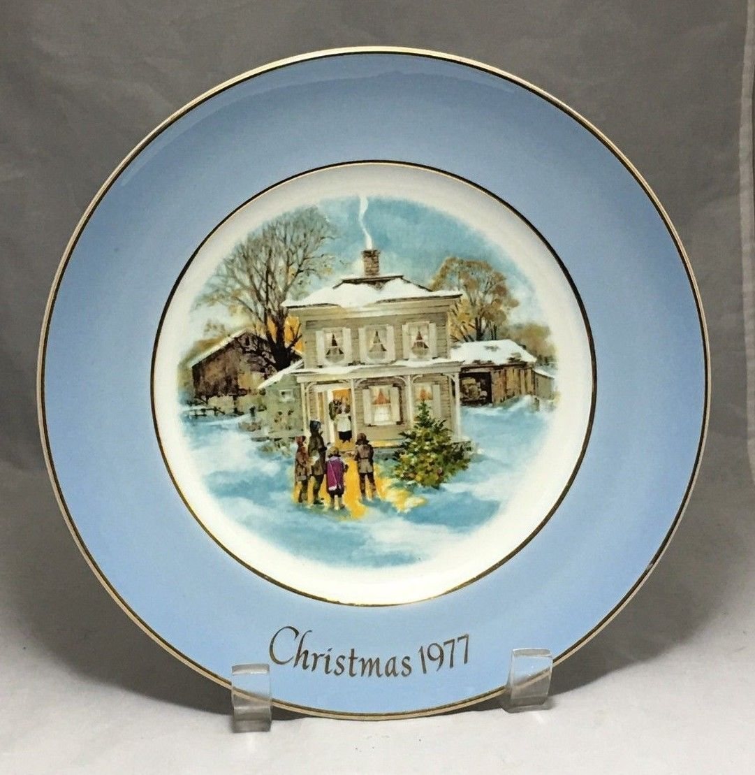 Enoch Wedgwood Christmas 1977 CAROLLERS IN THE SNOW  Avon plate 22k gold rim
