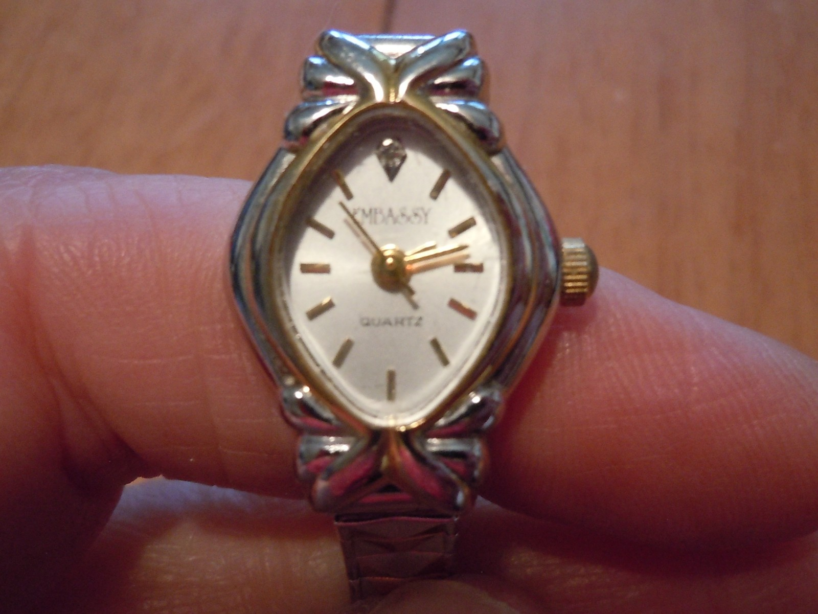 Vintage Embassy Quartz Ladies Watch Gold Tone Stretch Band image 7