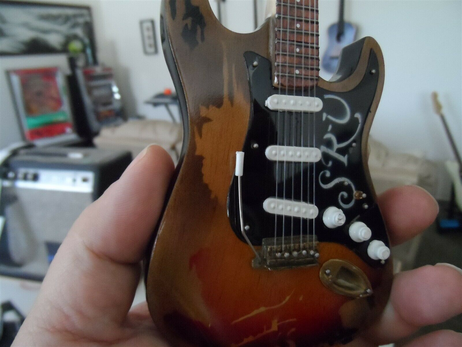 Stevie Ray Vaughan - Invecchiato No. 1 Fender Strat 1:4 Scala Replica Chitarra ~ image 2