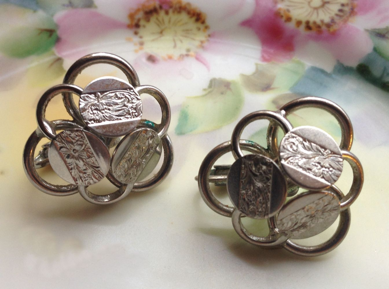 VTG 50s SARAH COVENTRY Young & Gay Silver Tone Floral Engraved Clip On Earrings