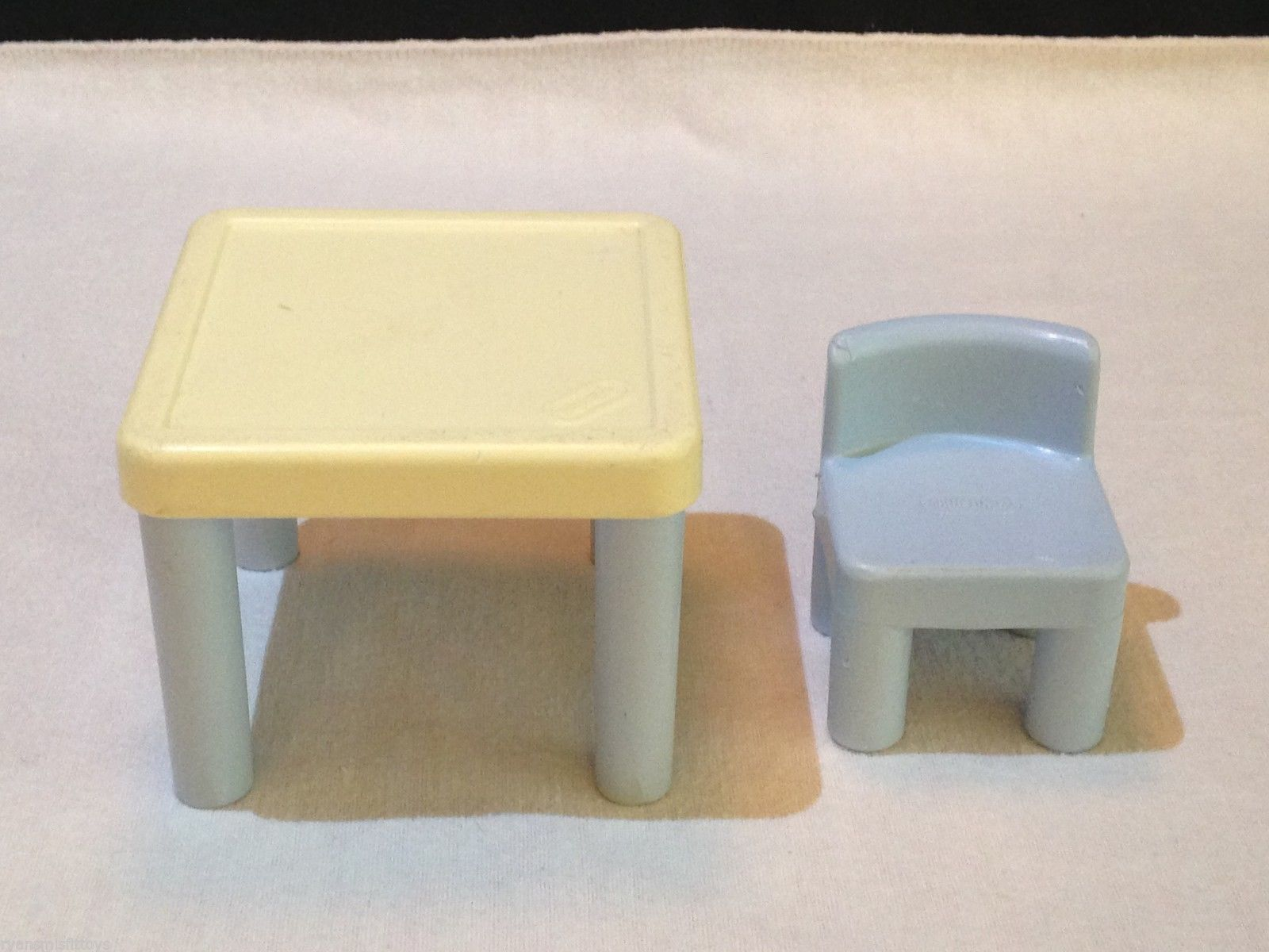 LITTLE TIKES dollhouse size  BLUE & WHITE TABLE and CHAIR
