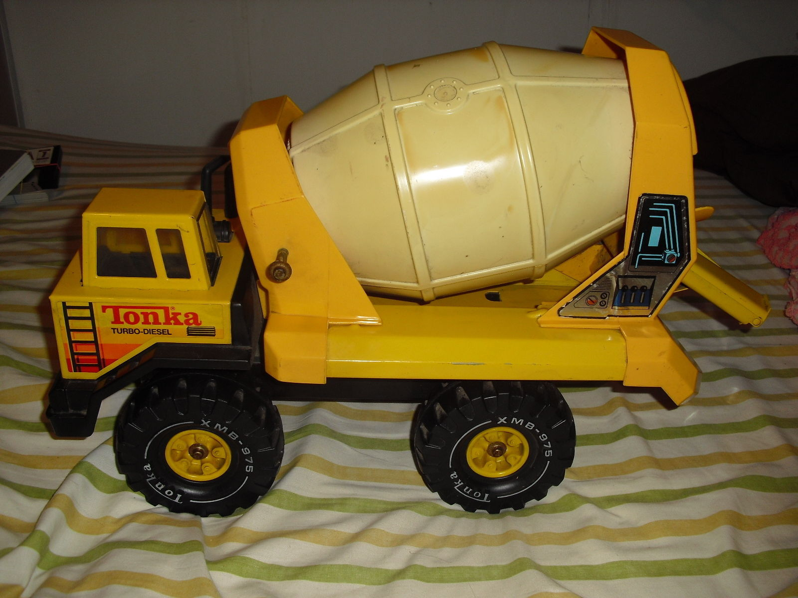 VINTAGE TONKA PLASTIC AND STEEL TURBO DIESEL CEMENT MIXER XMB-975