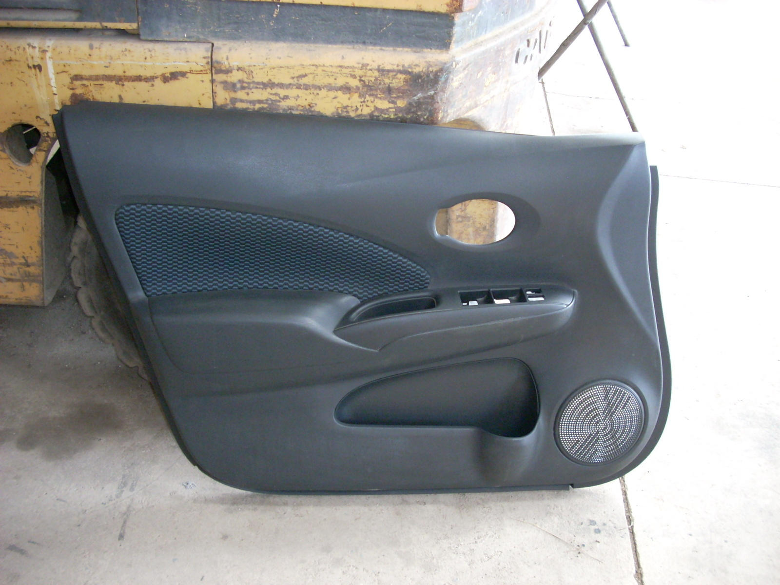 2014 NISSAN VERSA NOTE LEFT FRONT DOOR TRIM PANEL