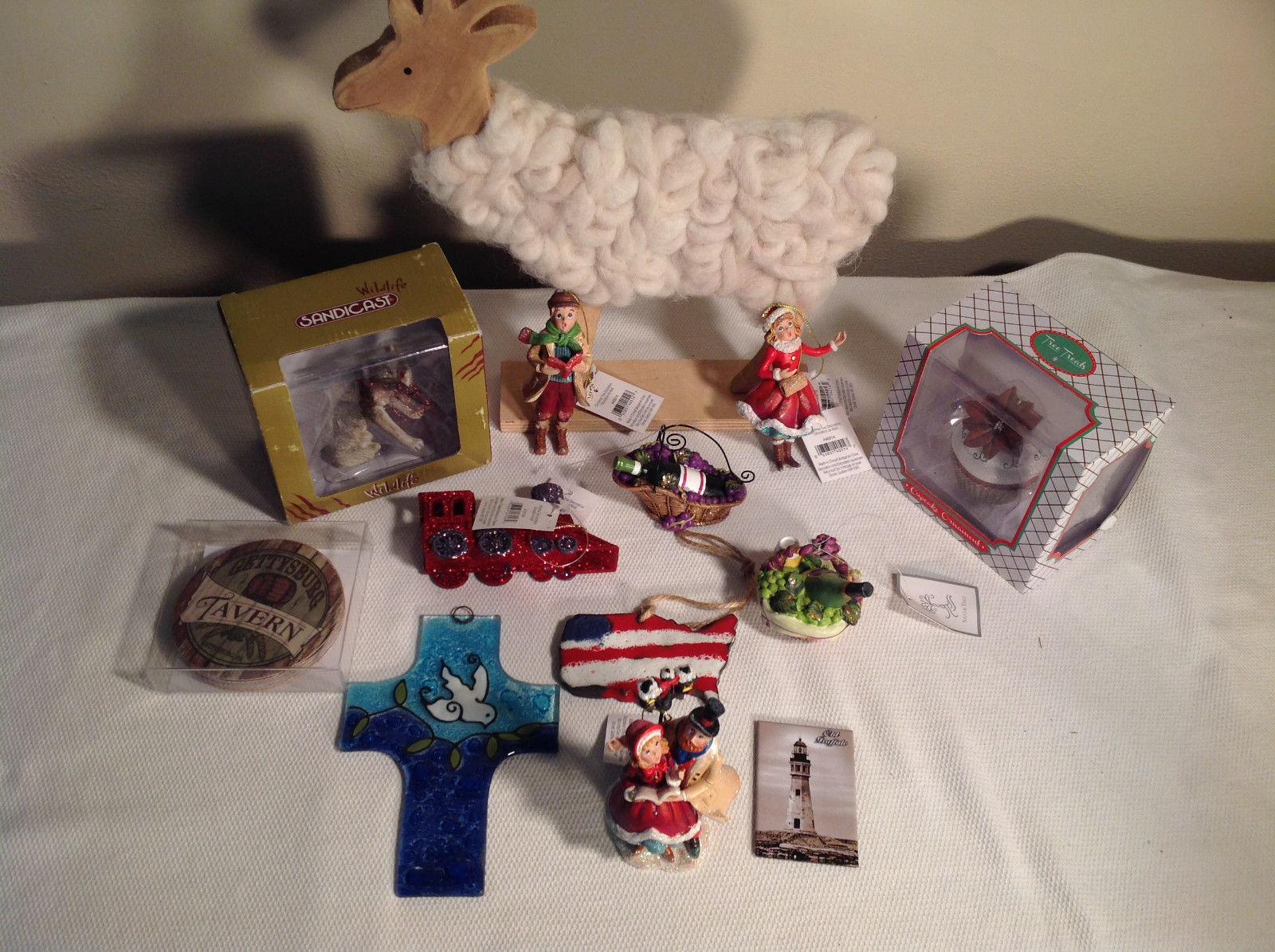 Large lot of Home Decor and Ornaments - x-mas + other, mostly new, wine cupcake
