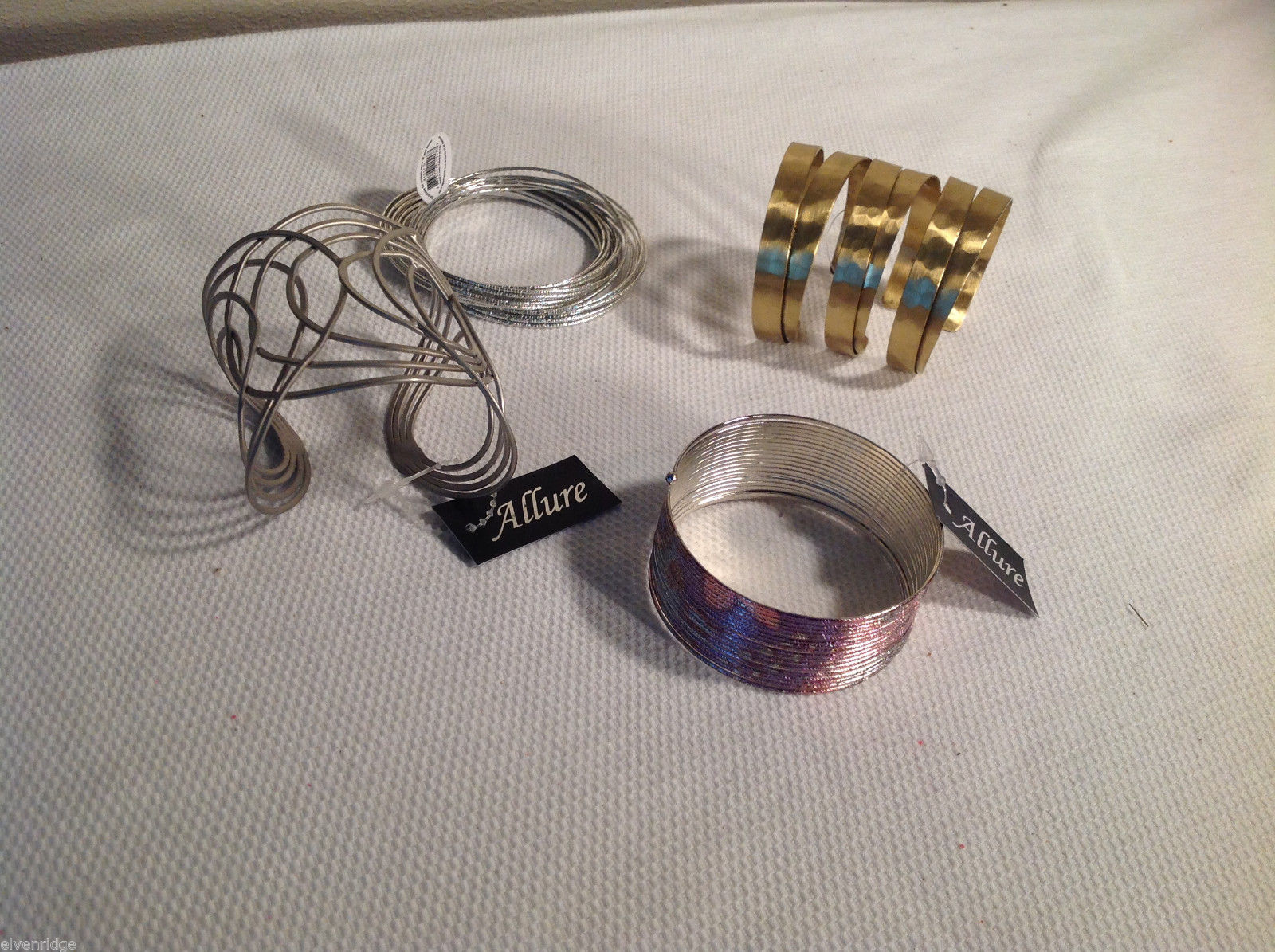 Lot of 4 bracelets, slinky type, open clasp, interlinked silver tone gold tone