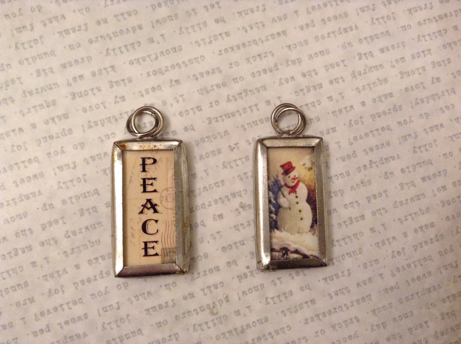 2 sided charm tag in metal frame vintage style - Peace / Snowman
