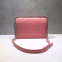 AUTH CHANEL BABY PINK CHEVRON QUILTED QUILTED LEATHER NEW MEDIUM BOY FLAP BAG  image 4
