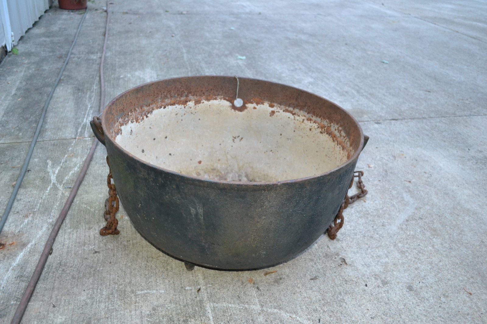 ANTIQUE CAST IRON 3 LEG KETTLE BEAN POT CAULDRON COWBOY   LARGE