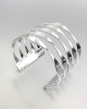 CHIC & STYLISH Smooth Silver Metal Ribbed Cuff Bracelet  - $248,40 MXN