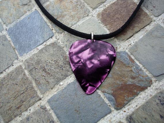 Pick necklace purple