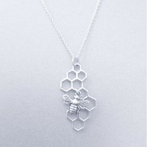 """14K Weiß Gold Über Honeycomb Halskette Mit Biene Anhänger 18 """" Halskette - $55.73"""
