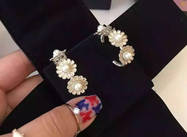 Authentic CHANEL 2016 CC Earrings Flower Pearl Hoops Gold STUNNING