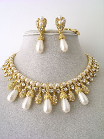 Cream Teardrop Pearl Necklace and Earrings Set