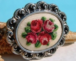 Vintage Needlepoint Embroidered Brooch Pin Petit Point Roses Flowers - €16,23 EUR